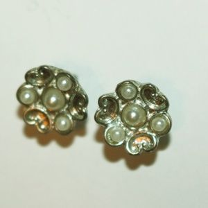 Cute flower-like pearl earrings